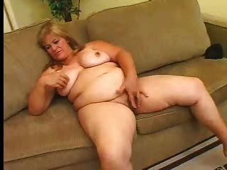Boca gorda masturba sua coceira peluda