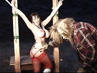 Um pequeno capuz vermelho com grande pega é reprimido e torturado pelo grande lobo ruim
