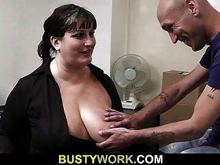 A entrevista leva ao sexo para esse bebê busty