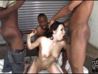 amarrou cuckold assistindo sua esposa possuída por gangue negra