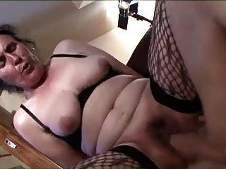 Camuflada madura, cabeluda e cauda, chupando e fodendo
