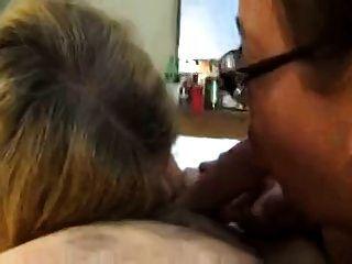 mulheres maduras amadoras compartilhando uma bisturi