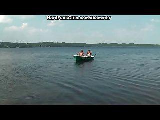 loira fodida com força em um barco no lago três caras