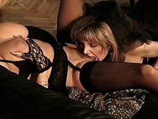 duas mulheres maduras em lingerie preta