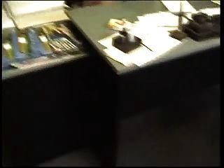 O velho fode o nerd magro fodido no escritório