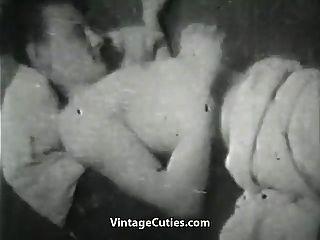 esposa insatisfeita brincando com um enorme galo (vintage dos anos 1950)