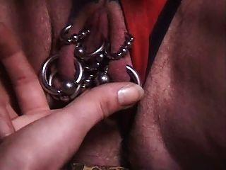 Avançou a avó com muitos piercings genitais