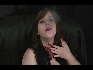 Bebê quente bebendo com uñas longas e sexy