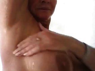 mulher madura sexy no chuveiro