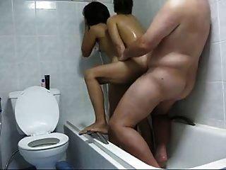 cara com 2 prostitutas tailandesas no chuveiro caseiro