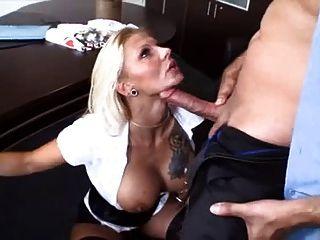 menina loira com sexo no escritório