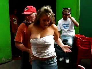 velho sujo jogando um divertido jogo de bebidas alcoólicas com uma dama quente