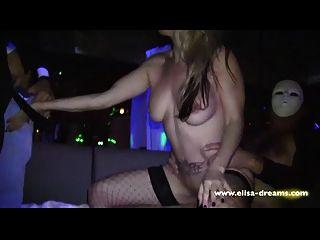 hotwife é fodido por 4 caras em um clube swingers