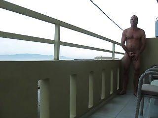 str8 homens jogam na varanda do hotel