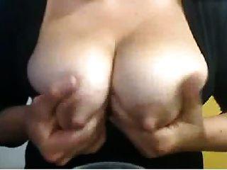 mamilos grandes em uma menina que está em lactação que é uma boba e que cuspa