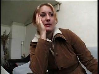 a mulher loira madura gordinha dá entrevista e se despide