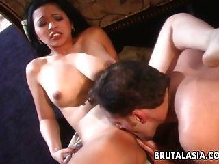 uma bichanha asiática morena e busty sugando e fodendo