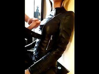 Eclipse em blonde em jaqueta de couro