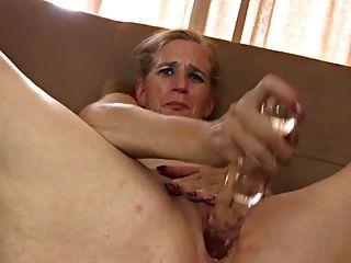 A agulha velha trabalha sua buceta com brinquedos sexuais