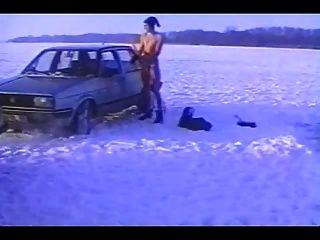 Homens nus que jogam hóquei no gelo parecem um pouco irritados!