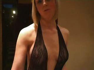 blonde em roupa de rede de pesca