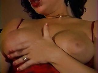 uma garota de grandes tits trabalha com sua coxa peluda