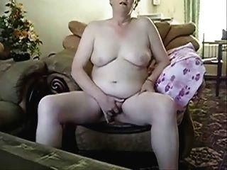 voraz avó masturbando na frente do marido