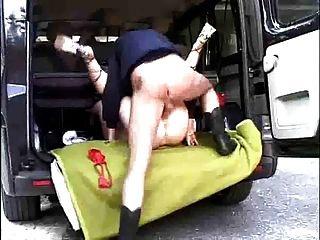 morena alemã fodida na parte de trás de uma van
