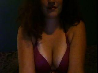 menina de cabelo vermelho gosta de brincar com seus bobos