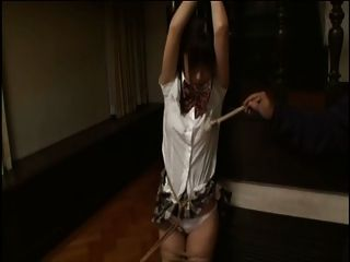 garota da escola amarrada e sendo provocada pelo pincel
