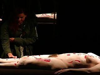 uma mulher peluda nua no teatro