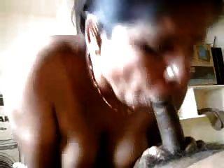 tia indiana sexy fazendo mão e blowjob para o parceiro