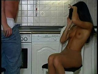 menina quente pantyhosed na cozinha