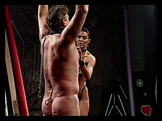 cara é punido por garoto randy em couro