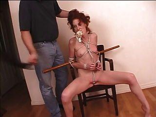 redhead milf ligado com corda e sua roupa interior empurrou em sua boca