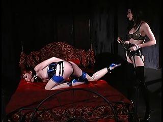 A morena mandona trata uma garota redhaired como uma cadela na escravidão