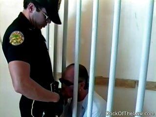 Polícia gay teve uma paixão por macho criminoso