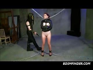 acorrentado espancado e tocado
