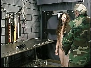 Morena morena fofa com tatuagem é reprimida pelo mestre Len em calabouço