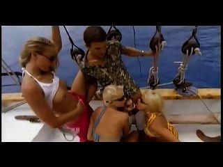 festa do grupo no barco