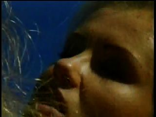 Lindas lésbicas lésbicas gostam de lamber bichano e brincar com brinquedos sexuais ao lado da piscina