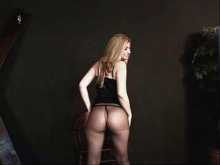 Pequenos tits com um vestido preto e nylons se preparando para alguma ação