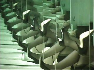 pintinho de lingerie dança na frente do espelho e espalha suas bochechas