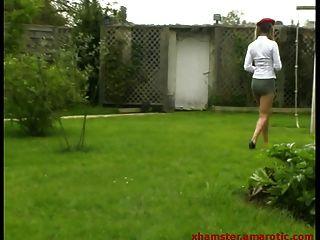 adolescente em mini saia extrema ao ar livre em um balanço
