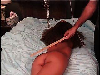 mestre torturas escrava gatinho com um grampo e uma corda puxando-o para dar dor