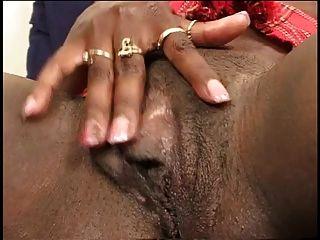 garota negra espalha as pernas e os dedos dela bichinha bonita