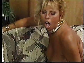 uma loura insanamente quente com mamas gordas fica batendo nas costas