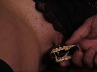 Morena morena fofa tem sua buceta raspada apertada por seu mestre de escravos mais velho