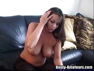 sexy leslie usando brinquedo em seu bichano