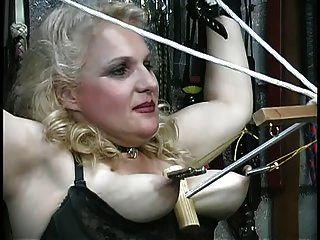 bichinho pechugão sofre abusos de seus louros, toca com cordas na masmorra
